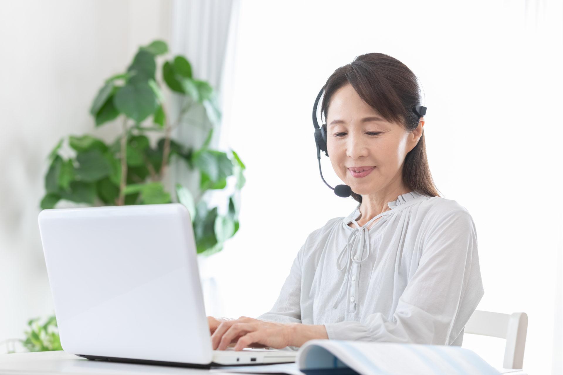 パソコンを扱うシニア女性