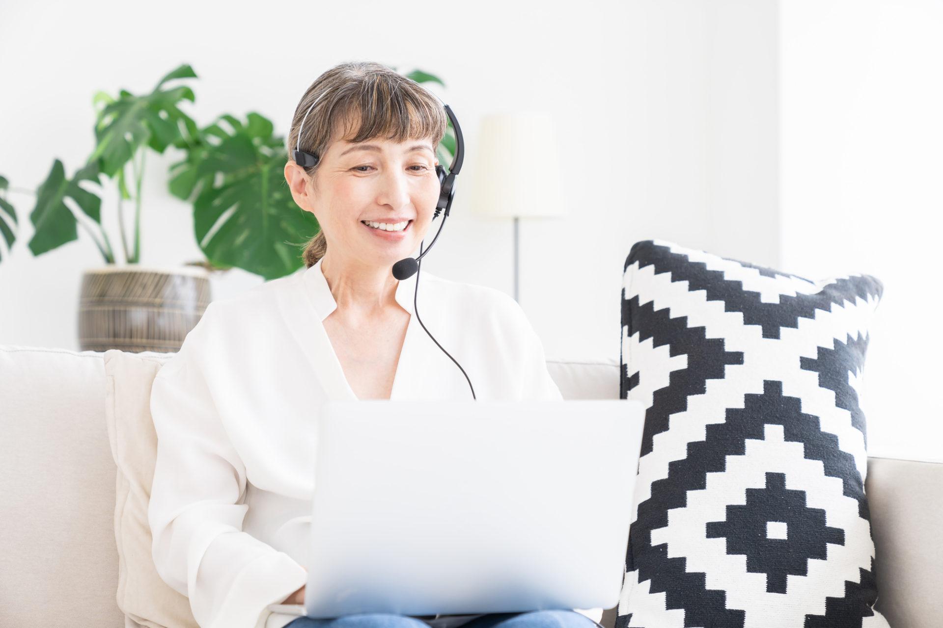 オンラインでプログラミングを習う60代の女性