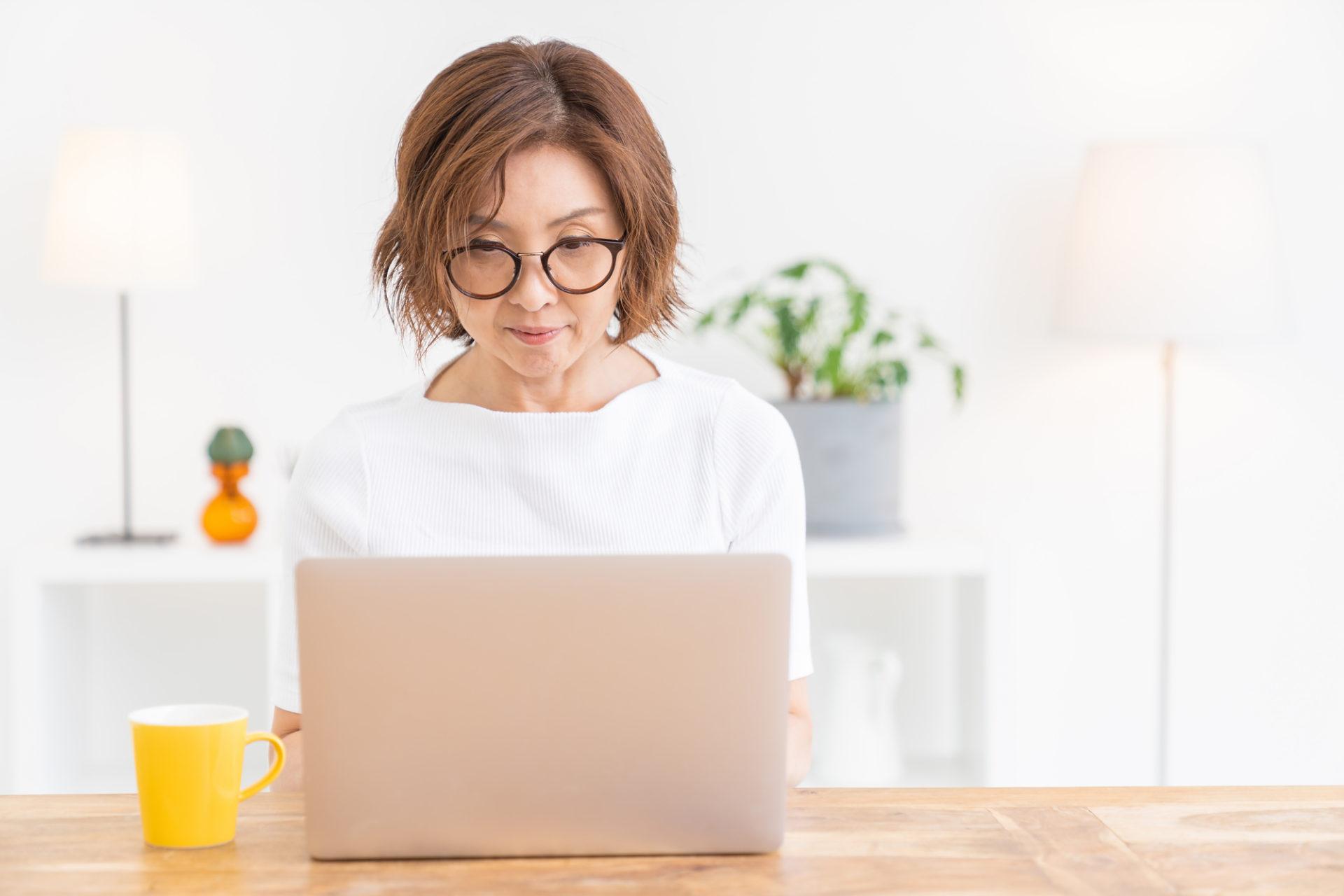 プログラミングに取り組むシニア女性