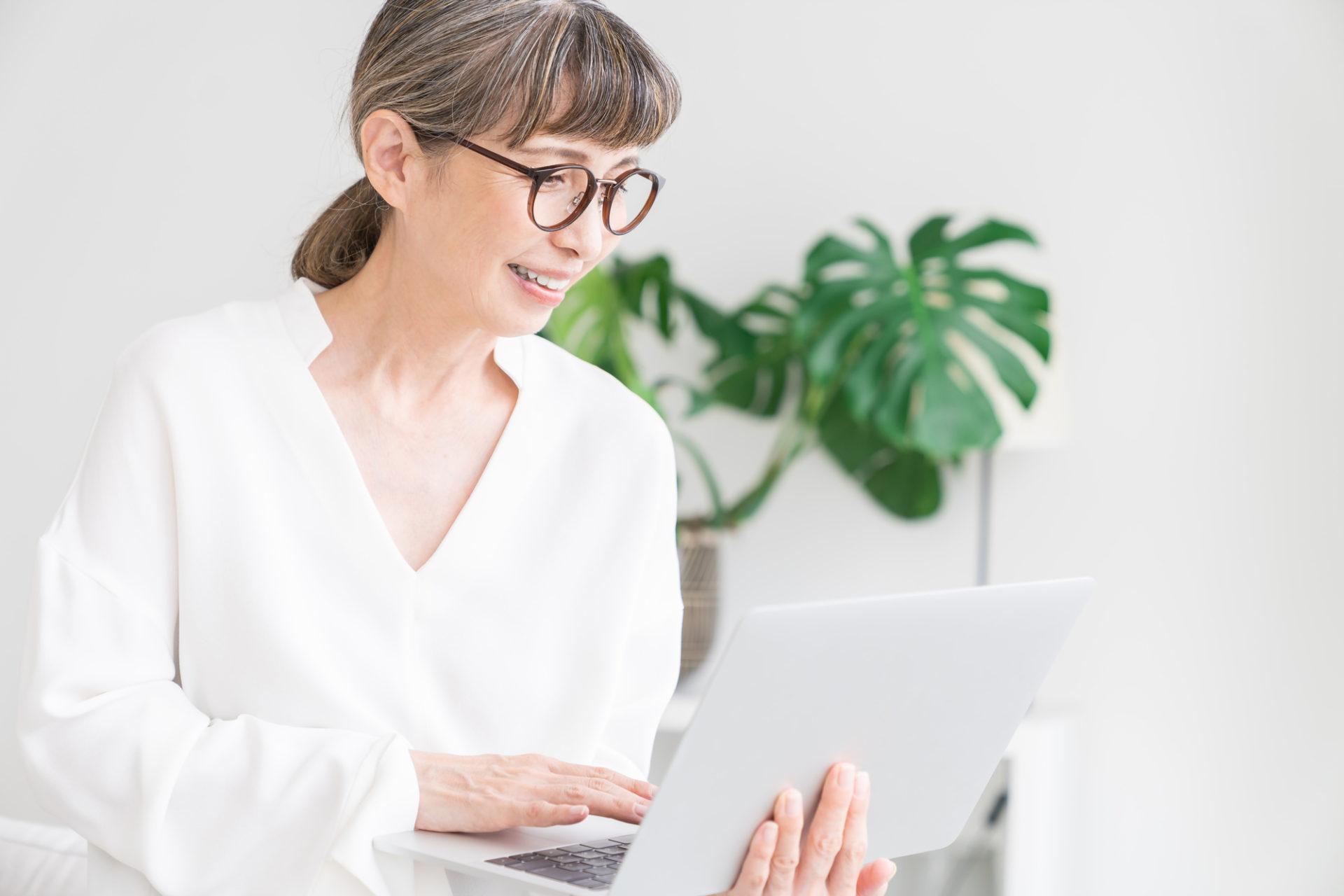 プログラミングを勉強する女性