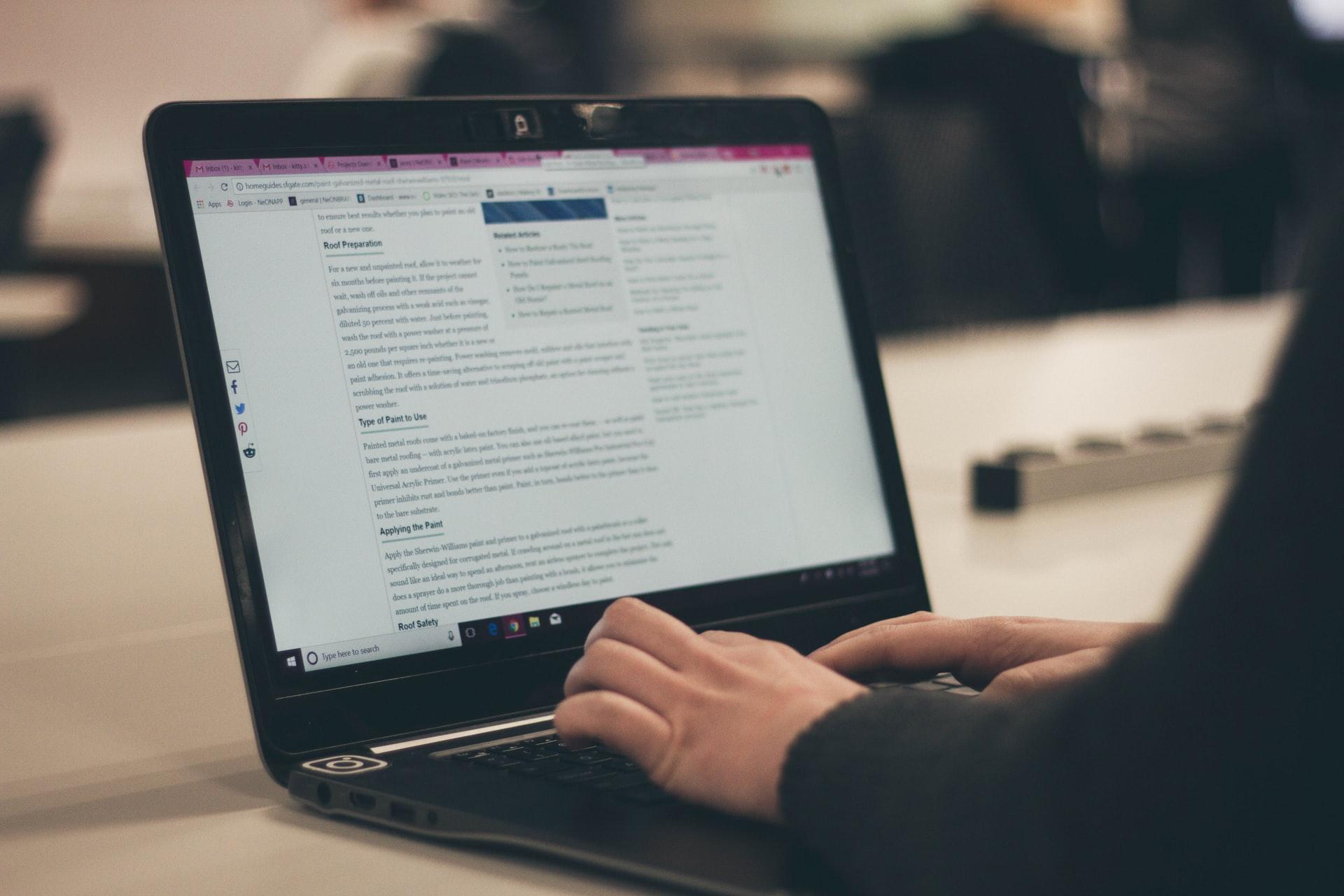 パソコンでブログを書く様子