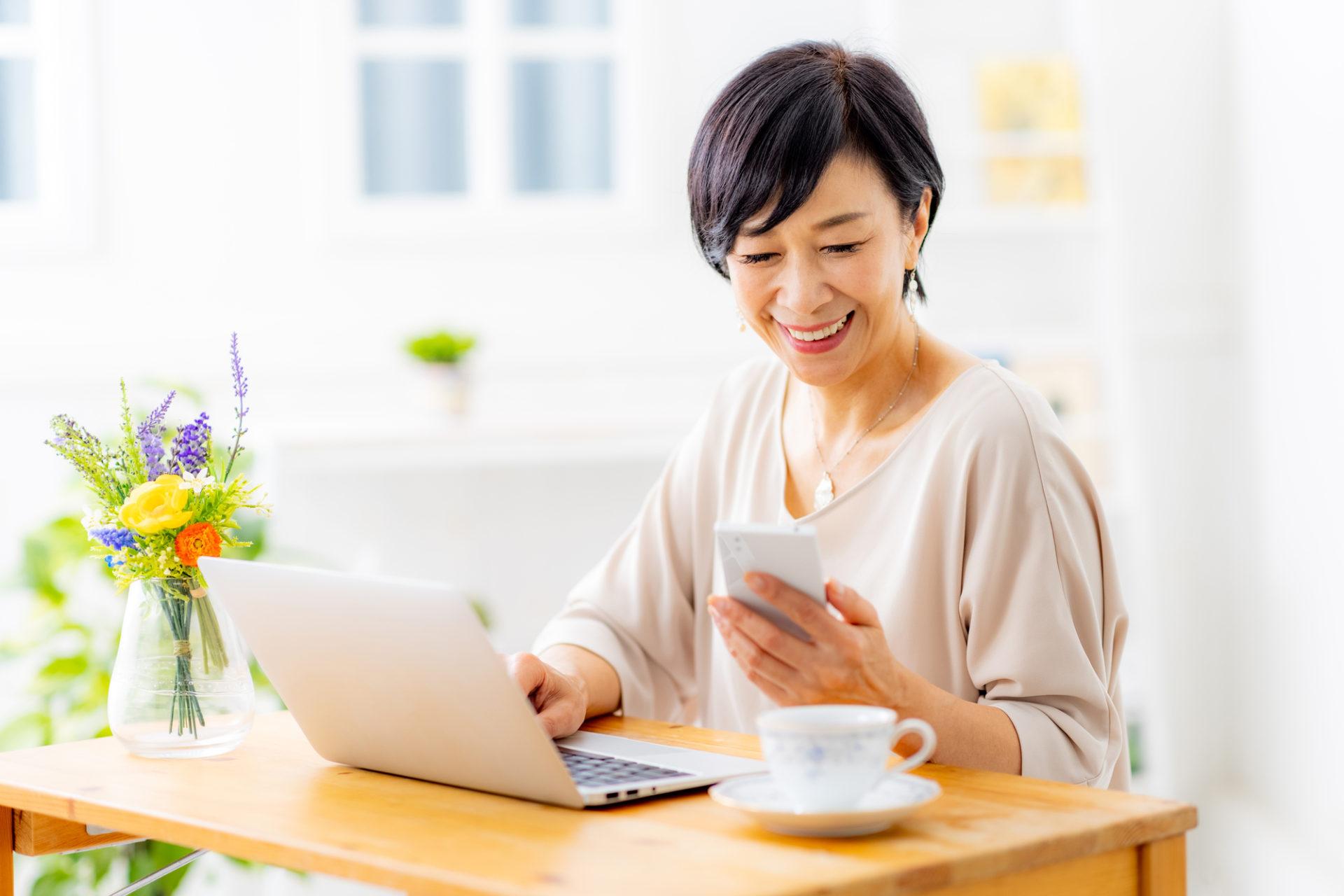 パソコンでプログラミングするシニア女性