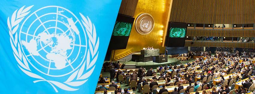 国連のエンブレムと会議場