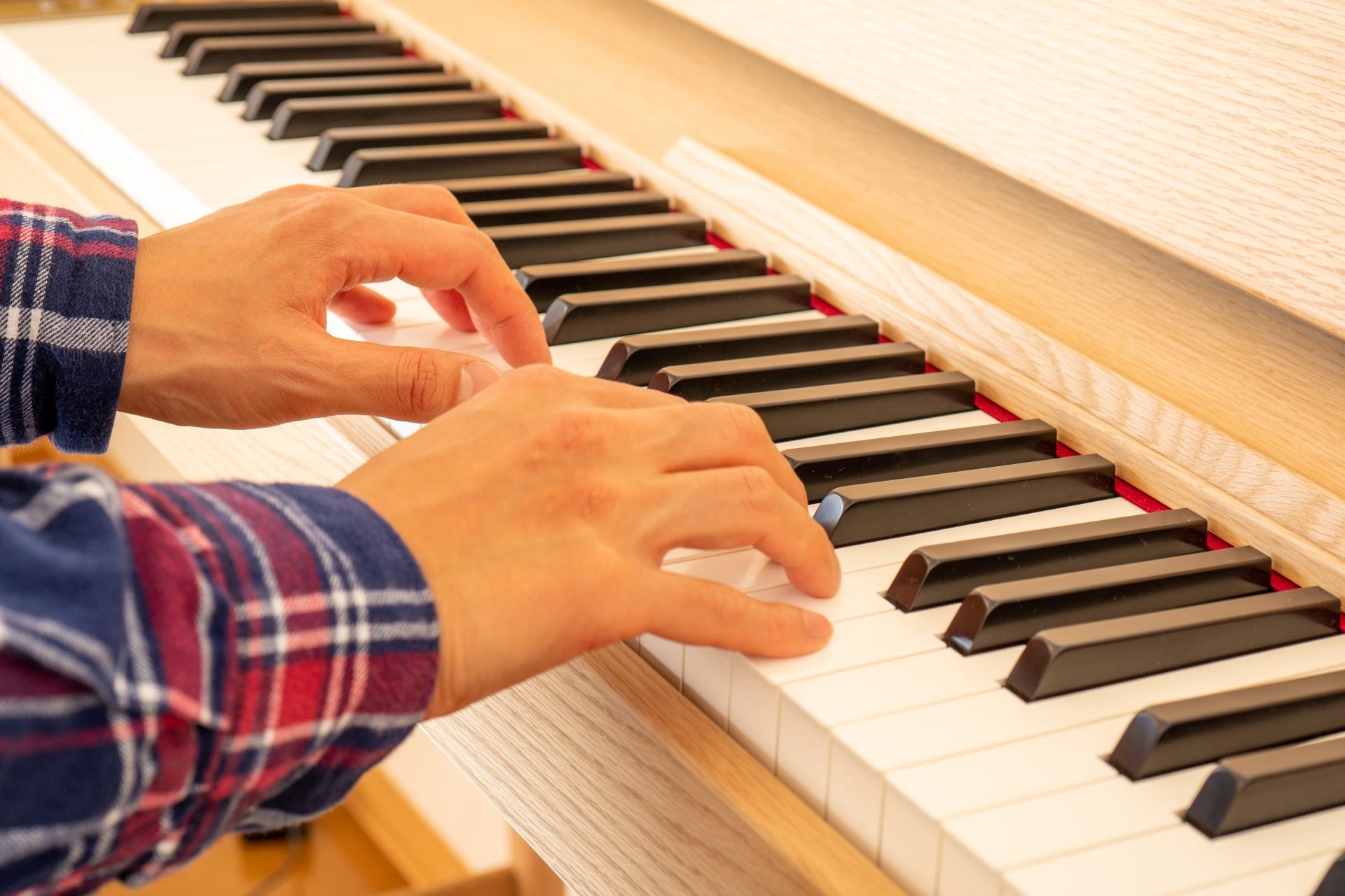 ピアノを演奏するシニア