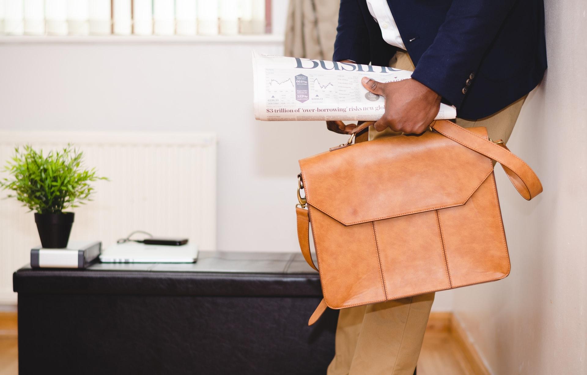 スーツを着たビジネスバッグを持つ男性