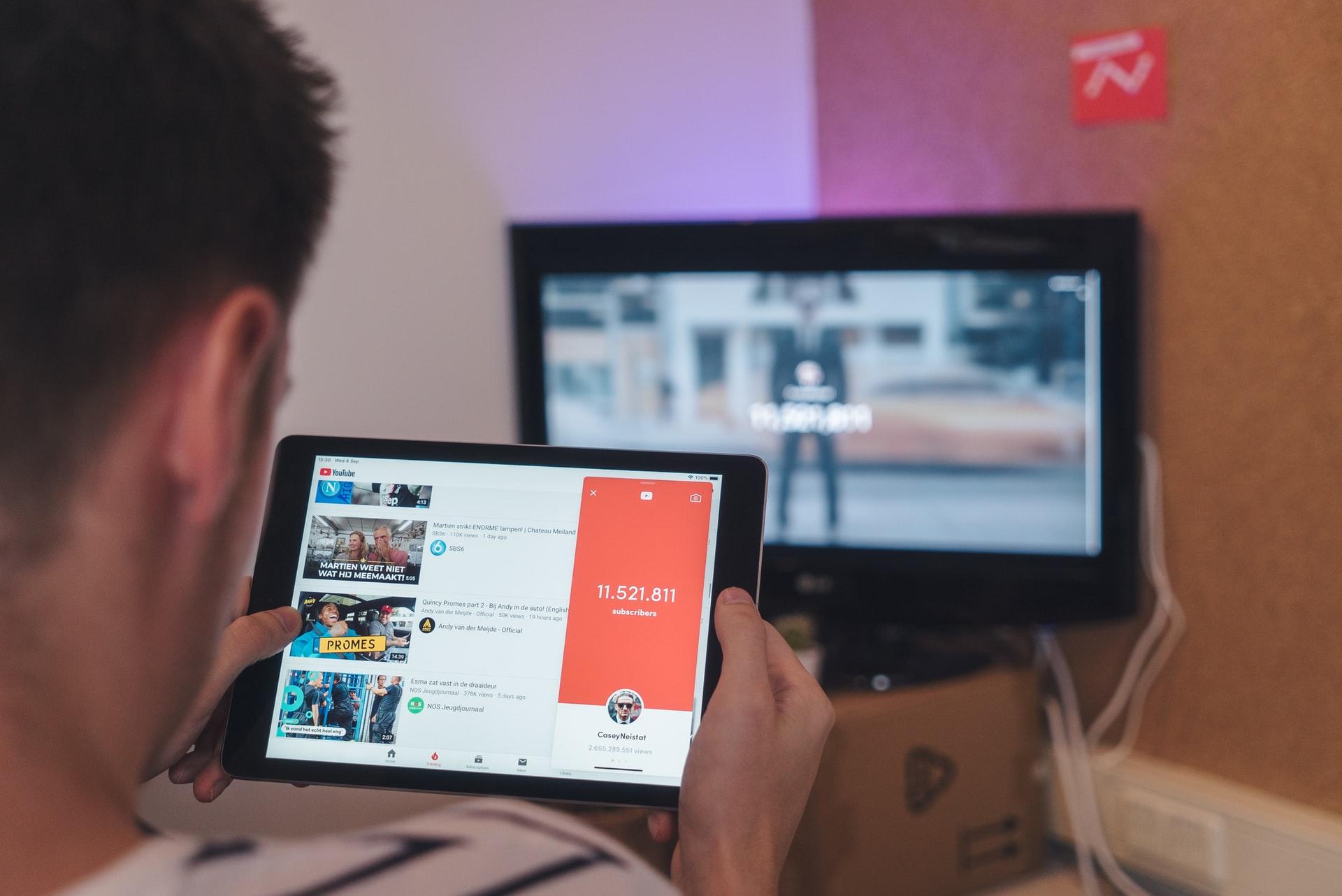 YouTubeを見る男性