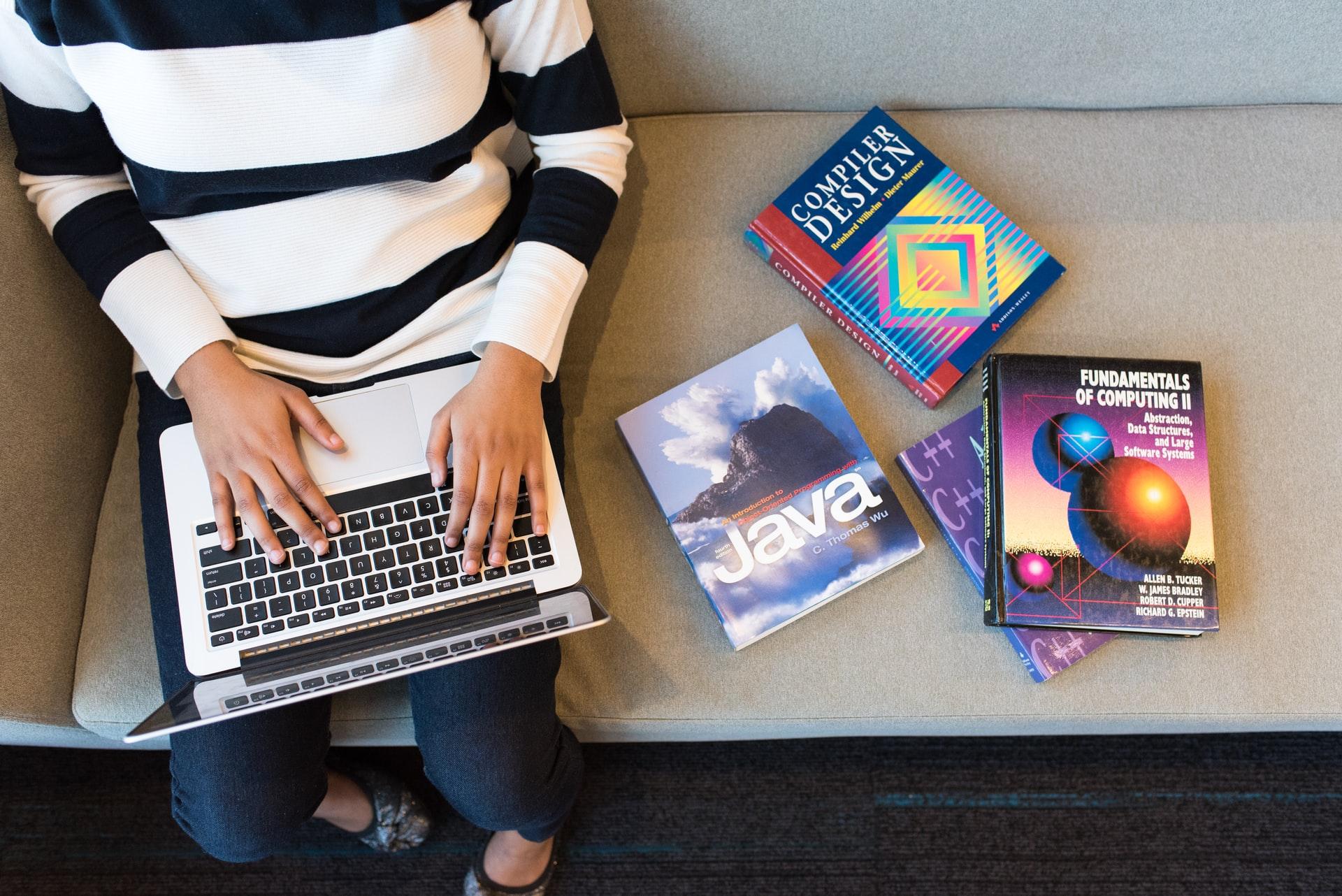 プログラミングとデザインの参考書で勉強する人