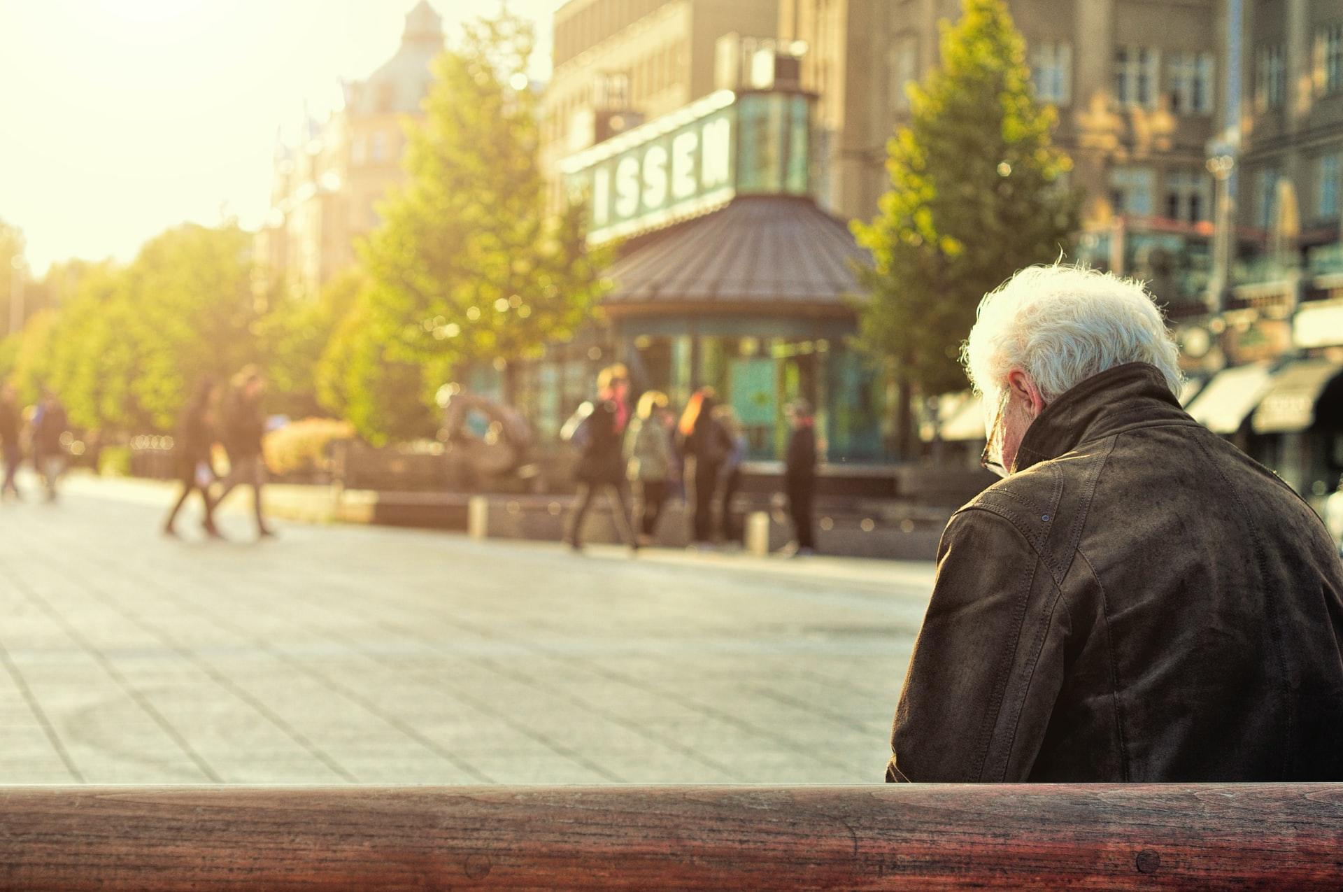 公園で孤独な様子の高齢者