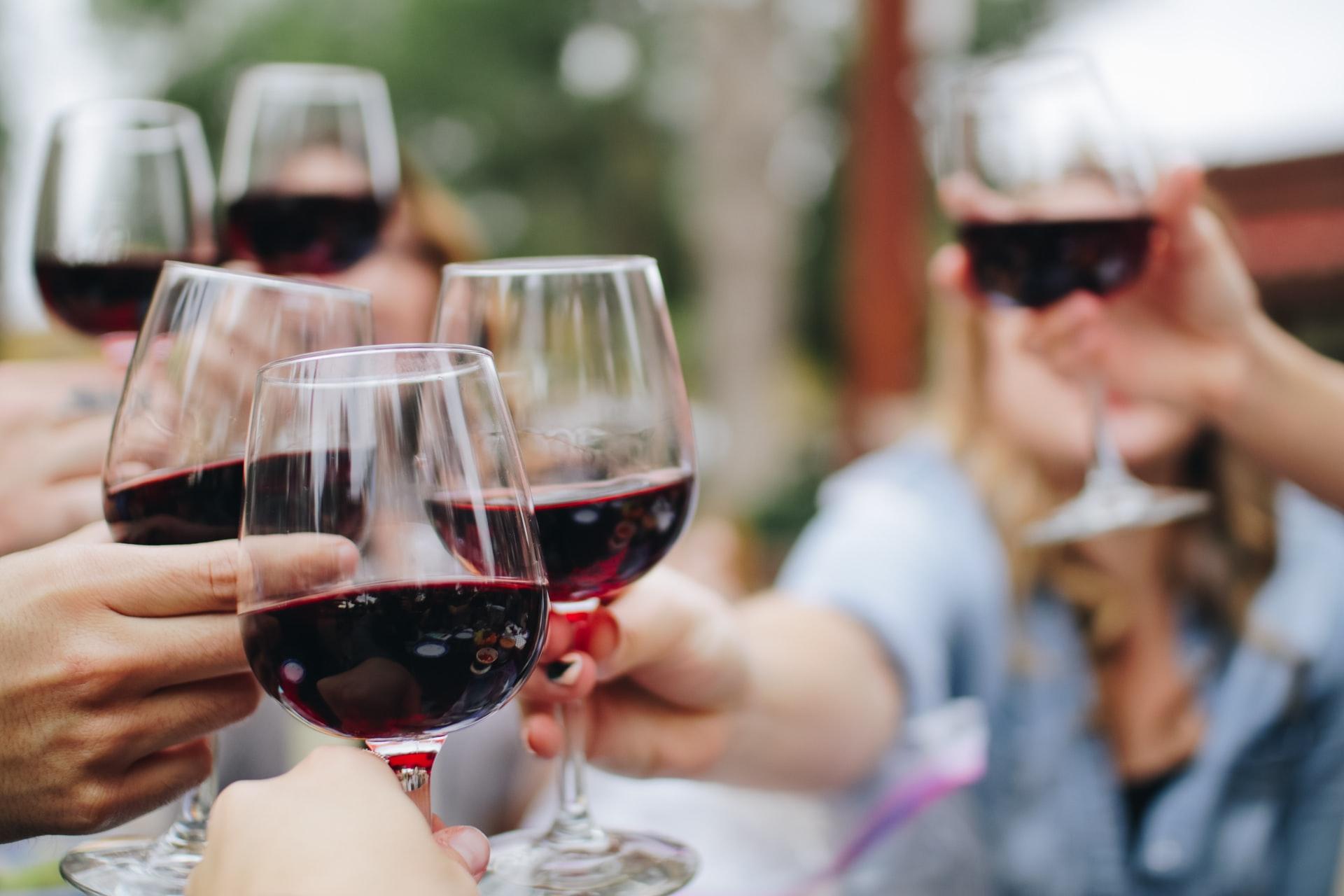 ワインで乾杯する手