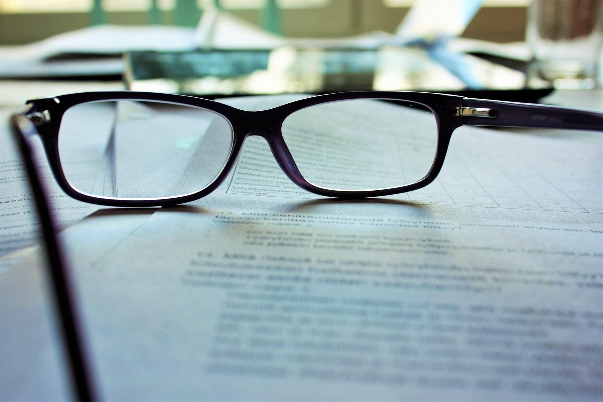 書類とメガネ