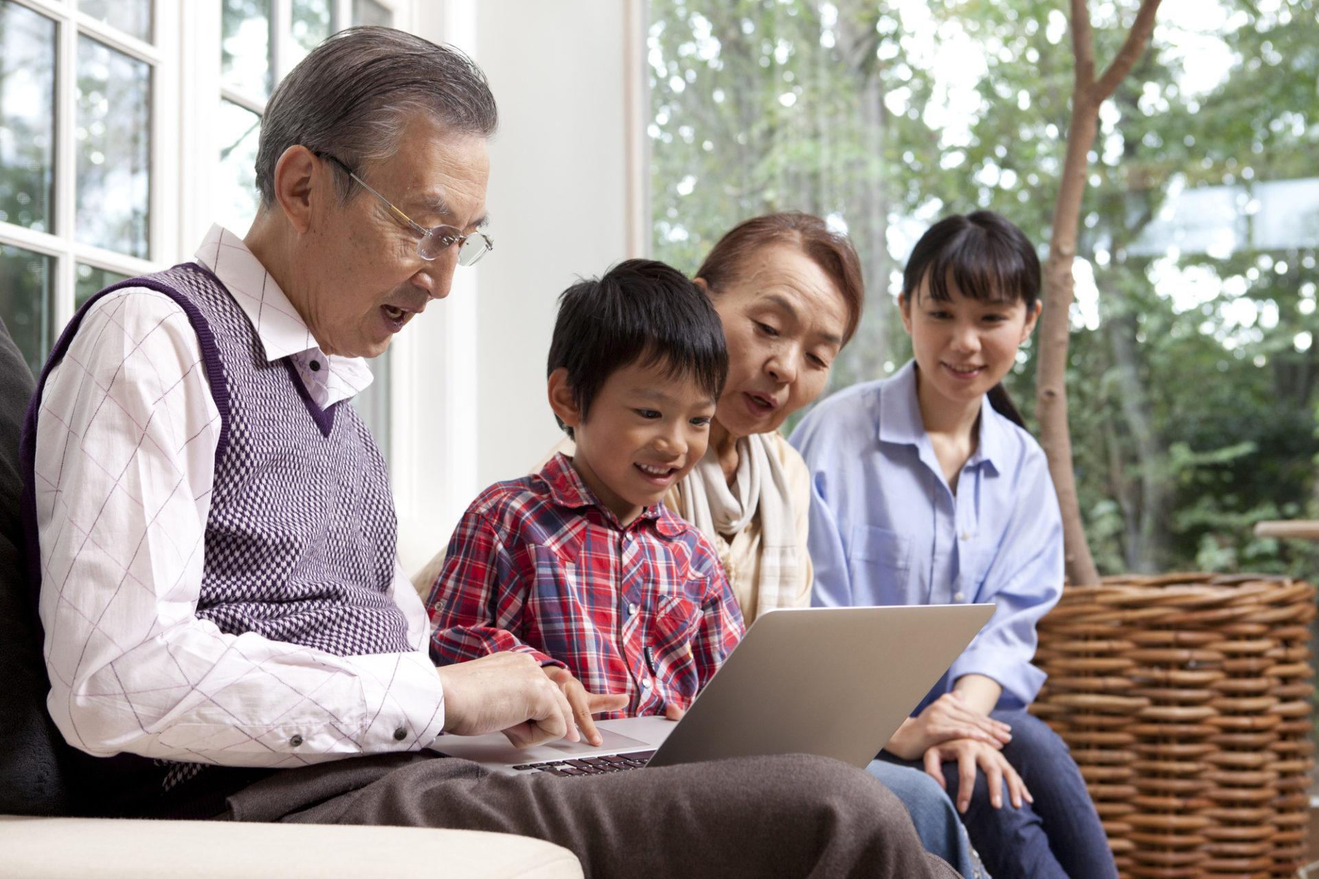 孫にパソコンを教える祖父祖母