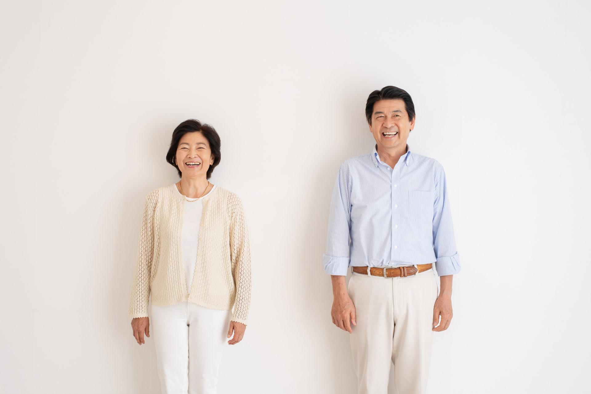 微笑んでいるシニアの夫婦