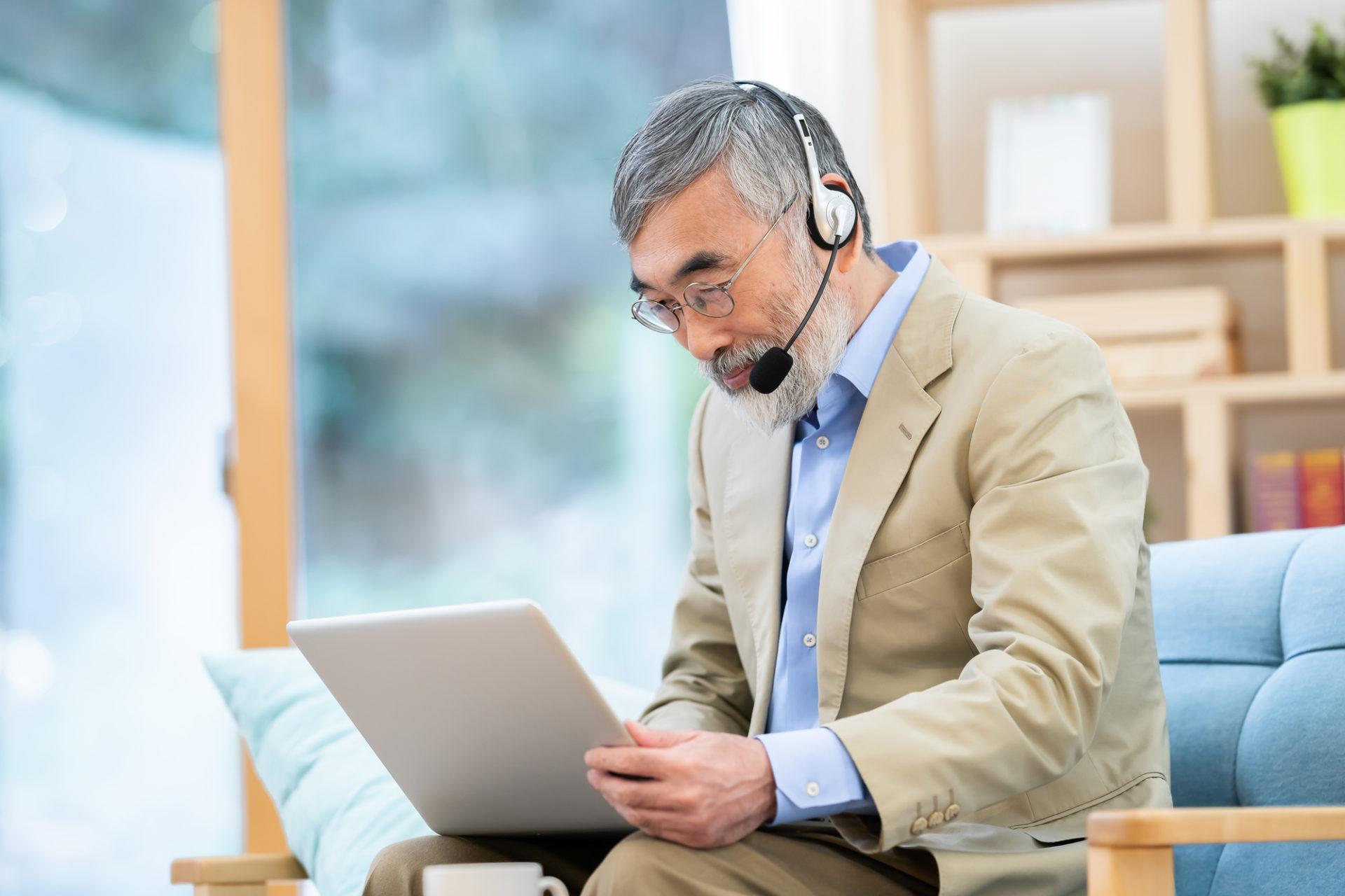 オンラインでプログラミングとデザインを学ぶ高齢者
