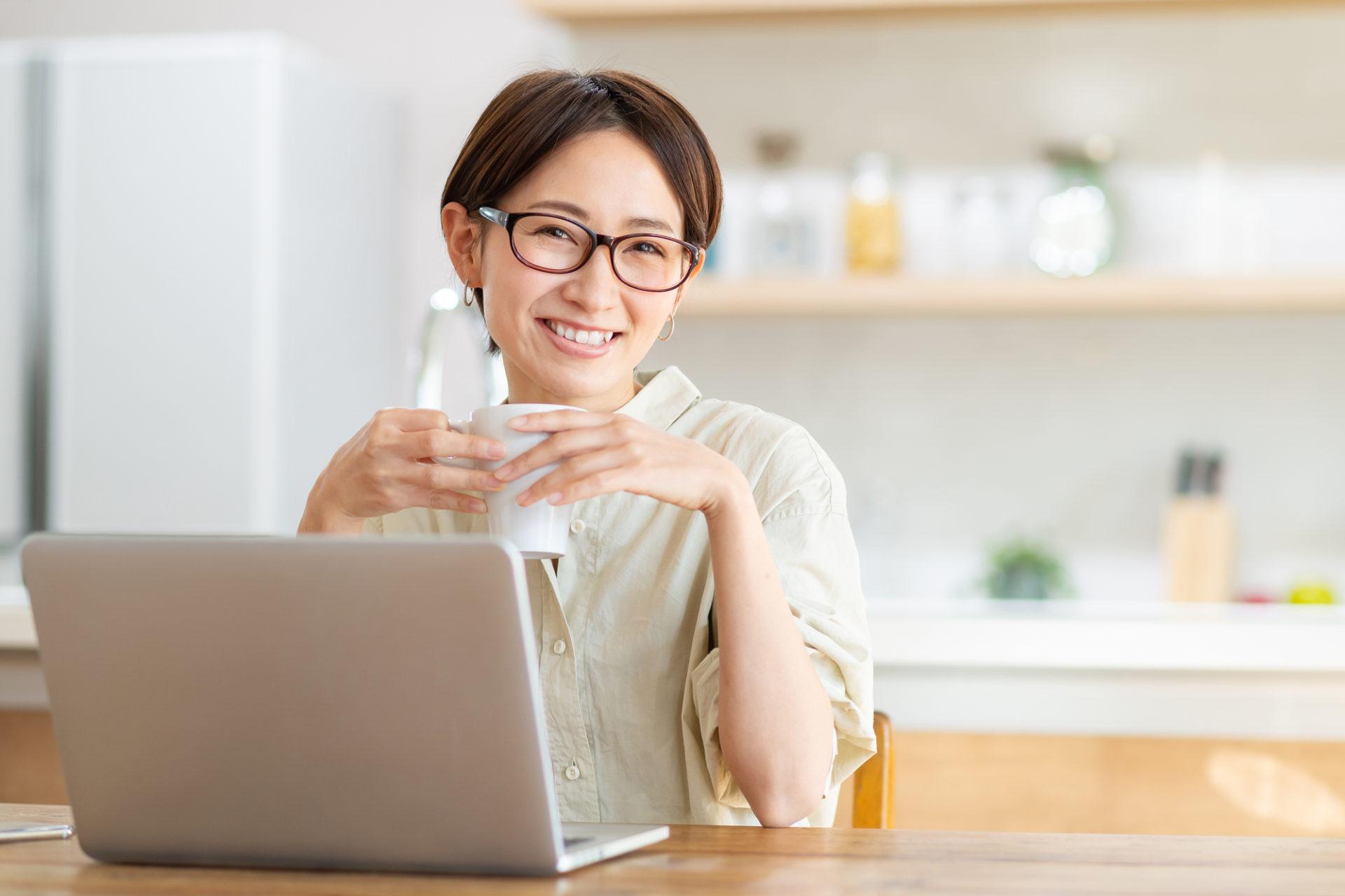 パソコンをする中年女性
