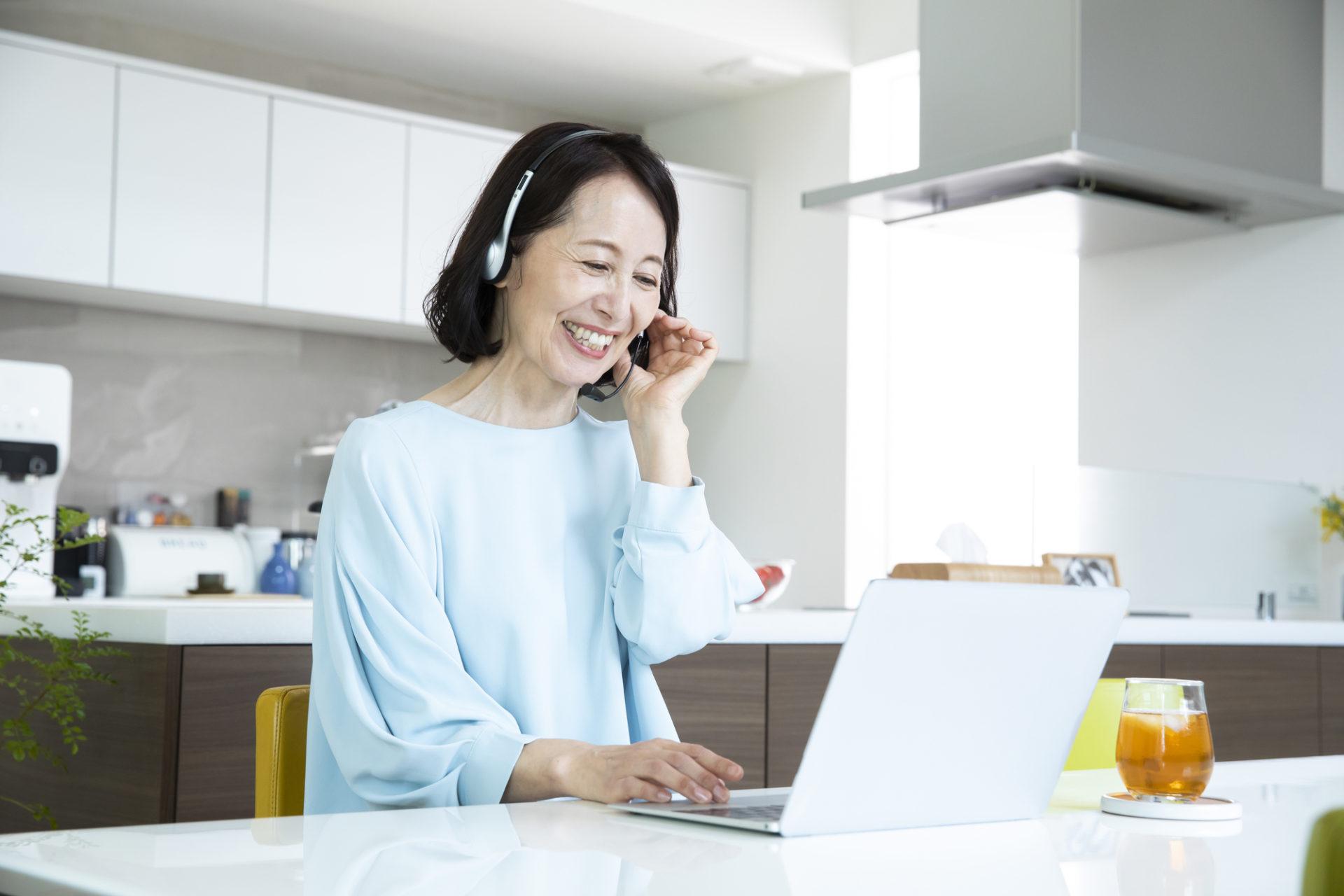 デザインをオンラインで学ぶ女性