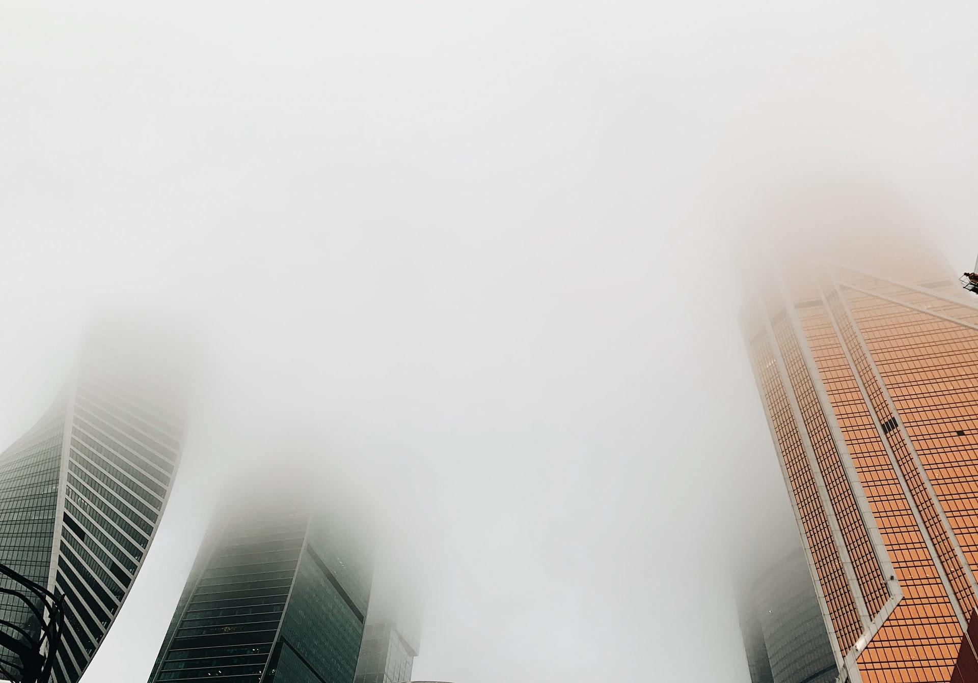 霧がかったオフィスビル