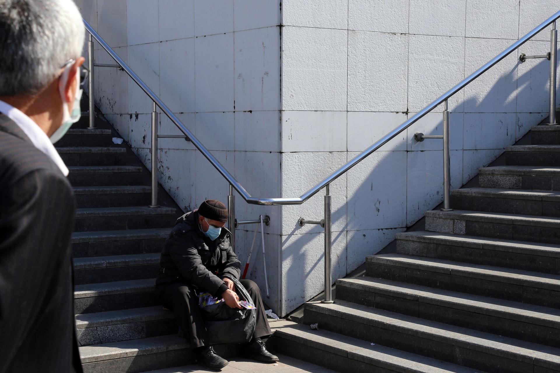 階段に独り座る高齢者