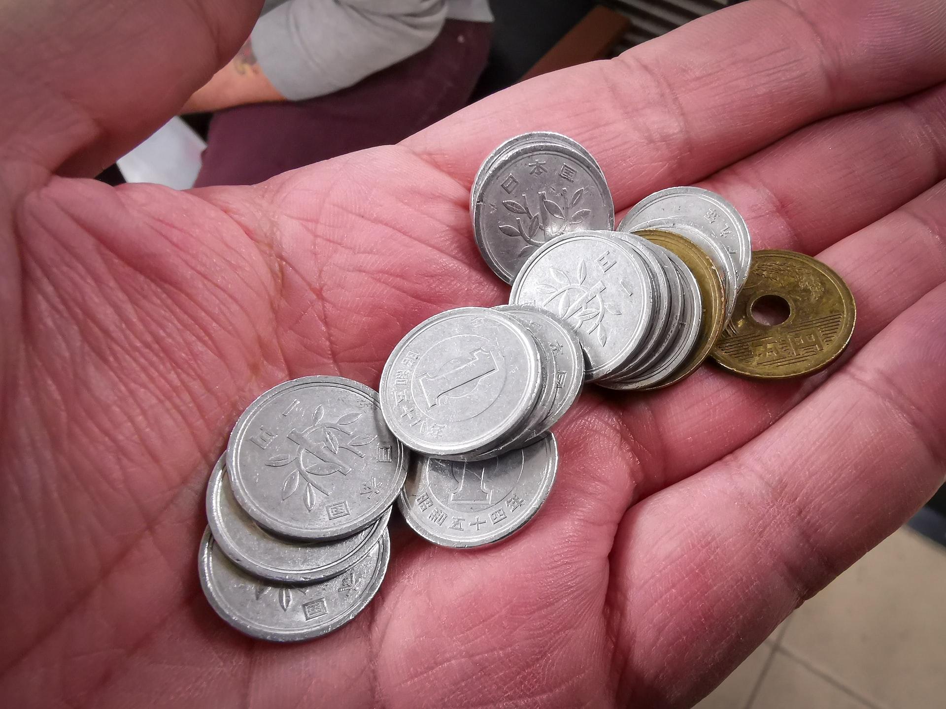 小銭を持つ手の平