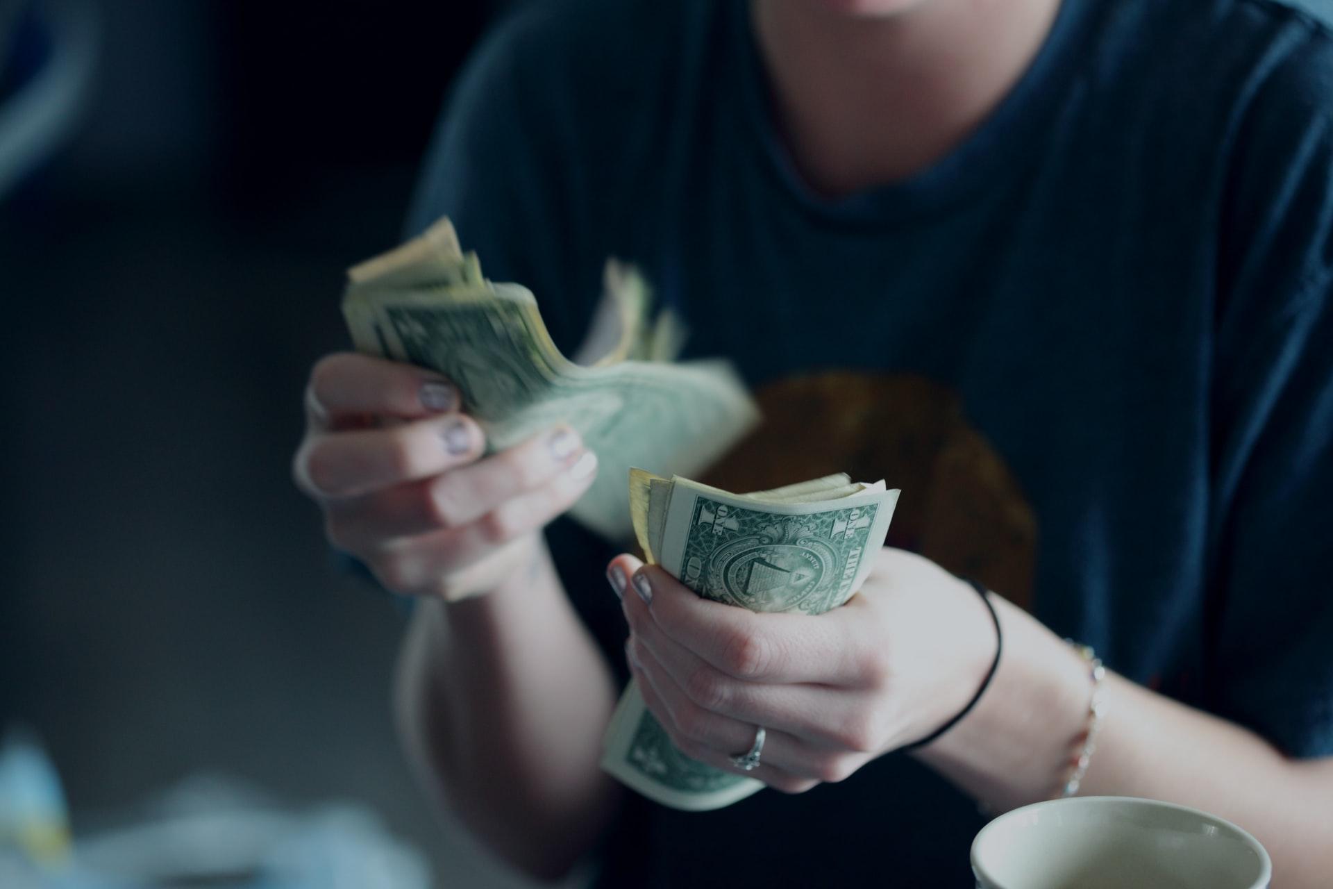 お金を数える手