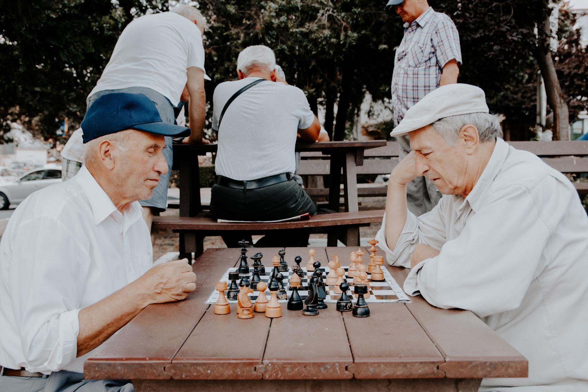チェスをする老人たち